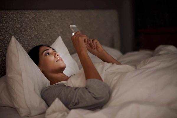 tipps zum einschlafen smartphone schlafzimmer