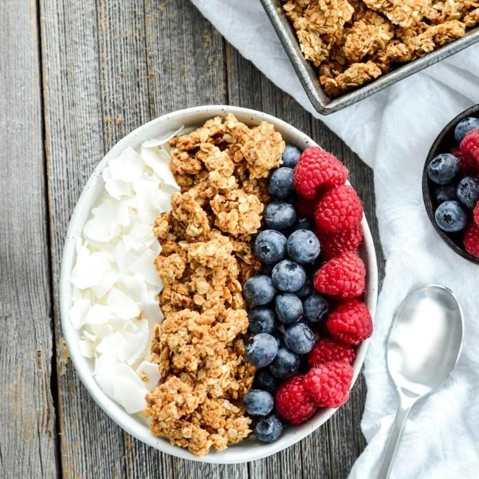 veganes frühstück gesund erdbeeren blaubeeren haferflocken