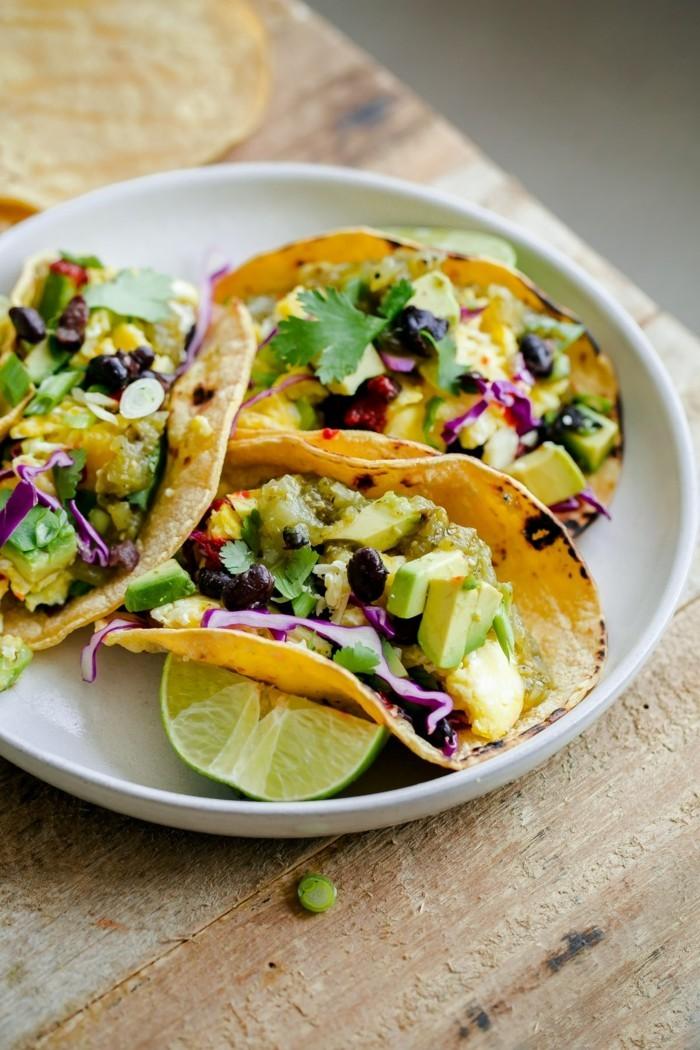 veganes frühstück tacos wraps mit avocado salat und mais
