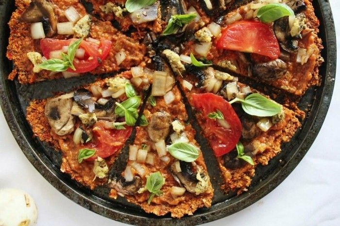 veganes frühstück veggie pizza tomaten pilze