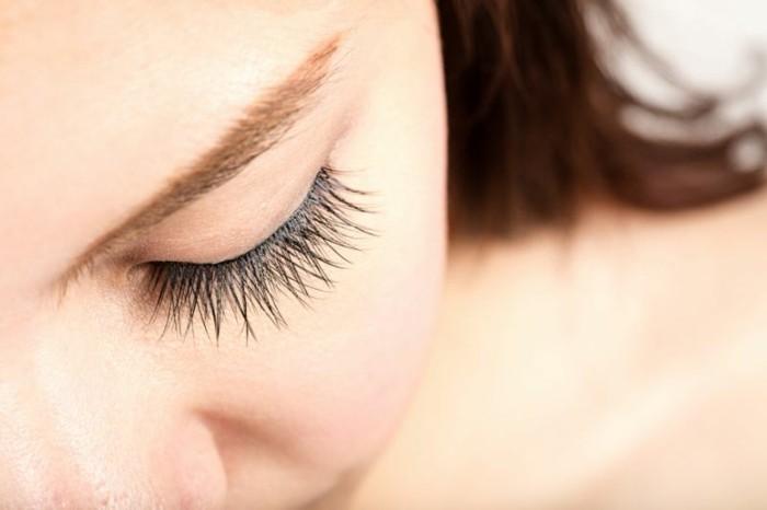 wimpernlaminierung false lashes frau