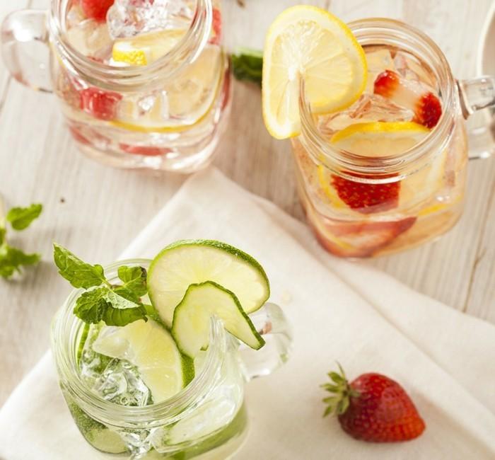 zitronenwasser limette minze erdbeeren