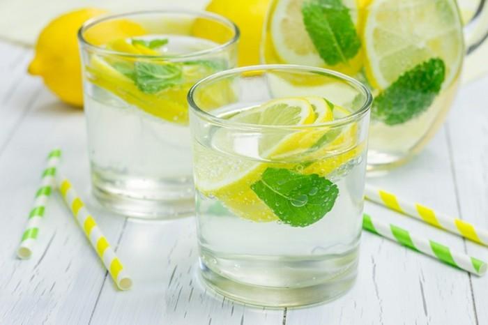 zitronenwasser trinken gesund detox