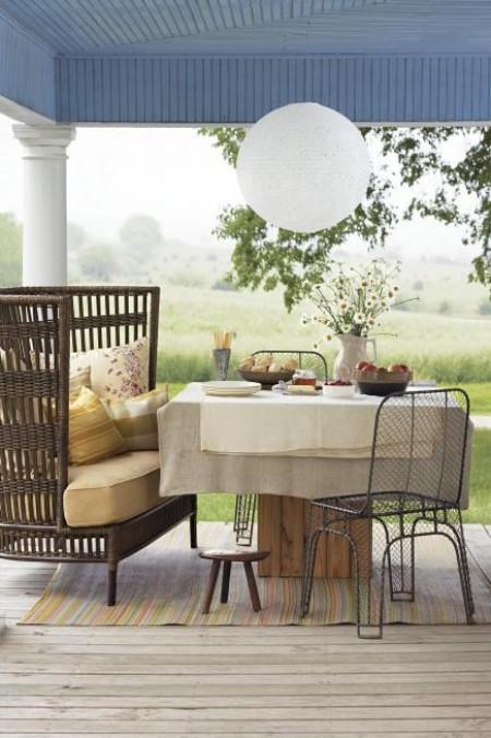Überdachte Veranda komfortables Sofa Esstisch Stühle Metall