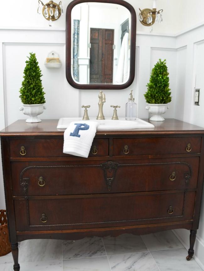 Badezimmerspiegel flankiert von pflanzen
