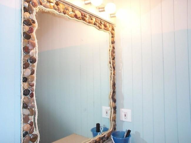 Badezimmerspiegel mit flussteinen drum herum