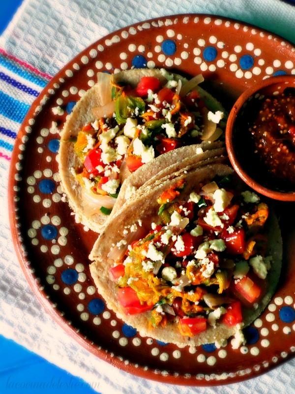 Chorizo- Calabaza Tacos verlockend auf einem mexikanischen Teller serviert