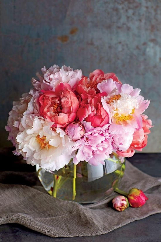 Feng Shui Blumen Bedeutung Pfingstrosen farbenfroh im Glasgefäß