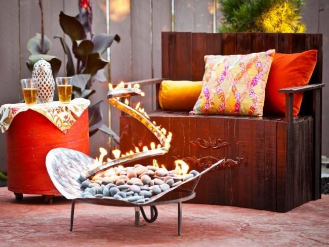 Feuerstelle Metall interessantes Design schöne Gartenoase