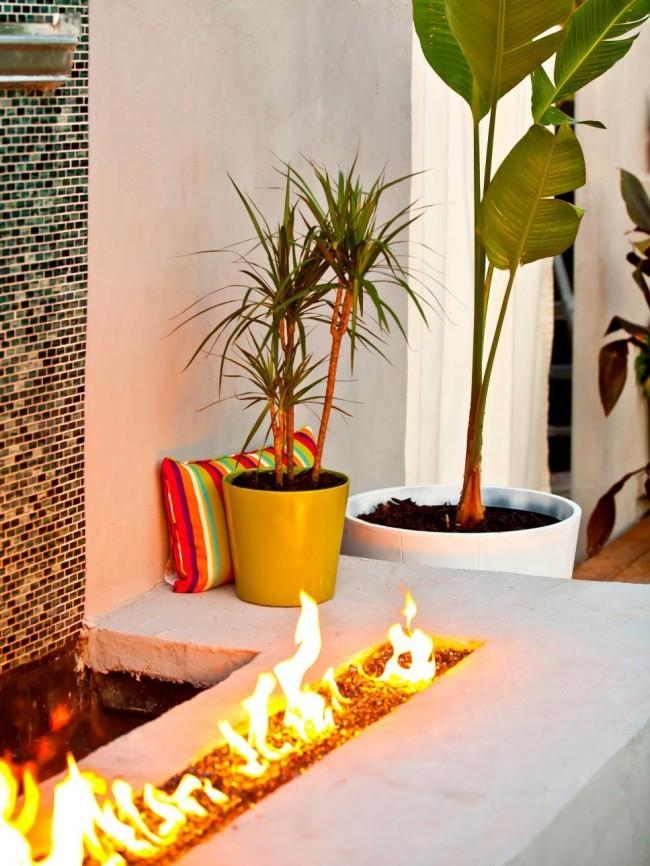 Feuerstelle Wasser grüne Pflanze perfekte Gestaltung draußen
