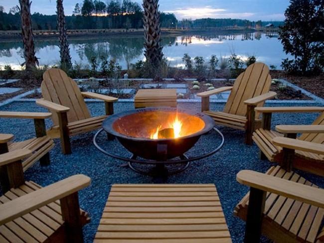 Feuerstelle draußen am See viele Sitzplätze Holz angenehme Stunden