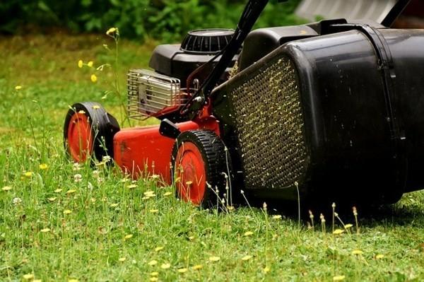 Gartenarbeit Rasen mähen