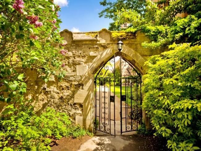 Gartentor antiker Charme üppiges Grün