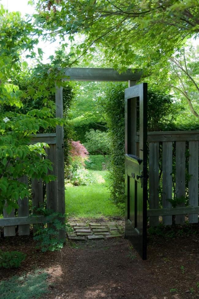 Holzzaun Gartentor Metall herrliche Gartenlandschaft viel Grün