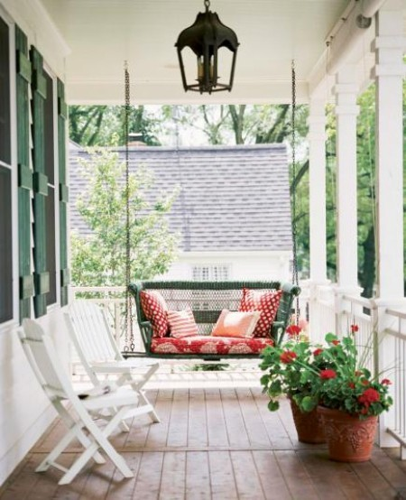 Kleine Veranda Sitzkissen Blumen zwei weiße Sessel Holz