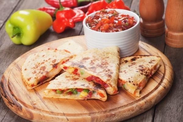 Mexikanische Quesadillas mit Käse Gemüse und Tomatensauce