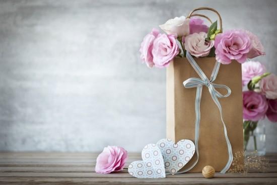 Muttertag feiern Blumen kleine Geschenke