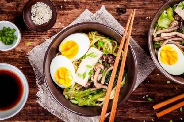 Nudeln mit Eiern auf vietnamesischer Art zubereitet
