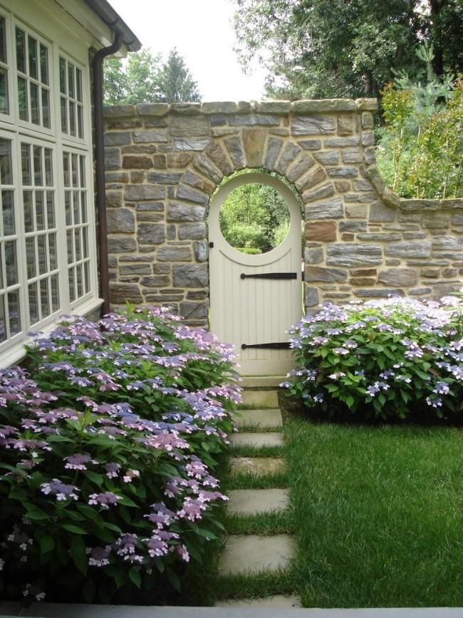 Rustikale Steinmauer Gartentor Holz weiß