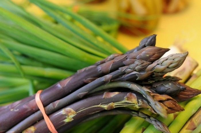 Spargel richtig kochen spargelzeit spargel gesund spargelsalat dunkel