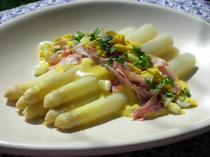 Spargel richtig kochen spargelzeit spargel gesund spargelsalat teller
