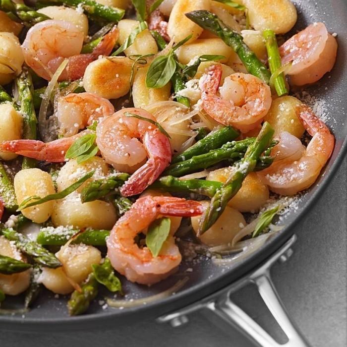 Spargel richtig kochen spargelzeit spargel gesund spargelsalat zwiebel erdbeeren garnellen