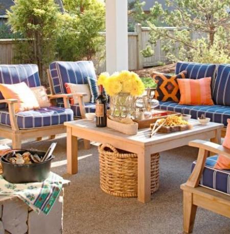 Veranda Holzmöbel blaue Sitzkissen orange Deko Kissen
