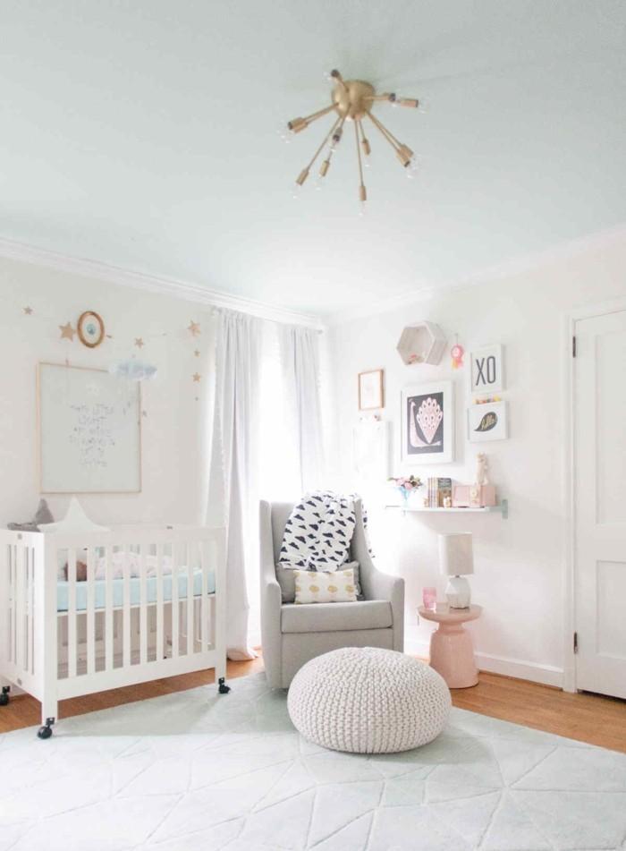 babyzimmer deko ideen helles innendesign grauer sessel hocker weißer teppich