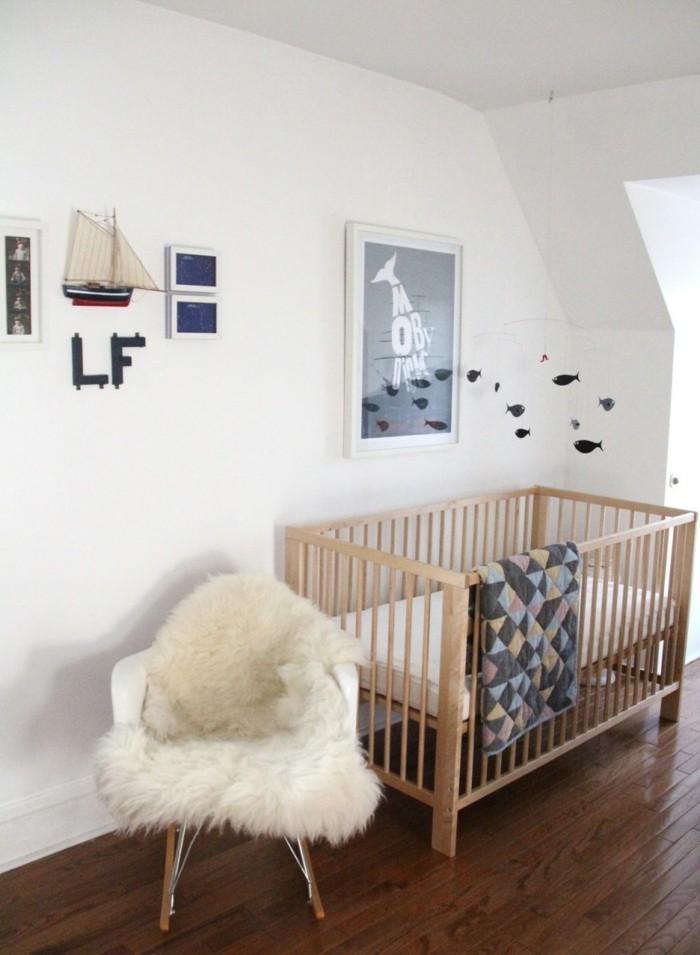 babyzimmer deko ideen schlichte wanddeko schaukelstuhl dunkler boden