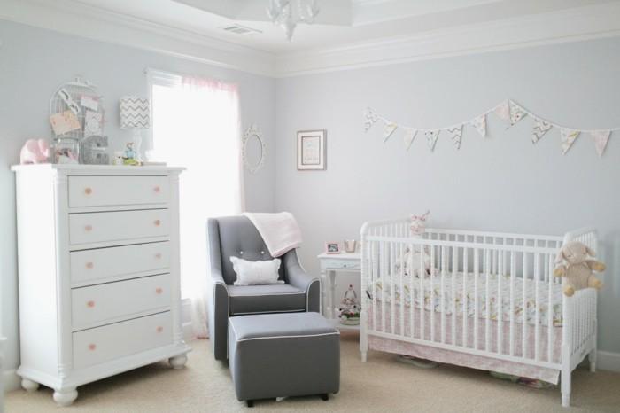 babyzimmer deko ideen weiße möbel grauer sessel