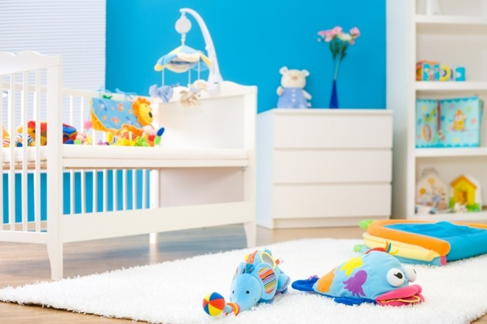 babyzimmer farben blaue wände farbiges spielzeug weißer teppich