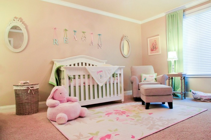 babyzimmer farben pfirsich farbe wände farbiger teppich grüne gardinen