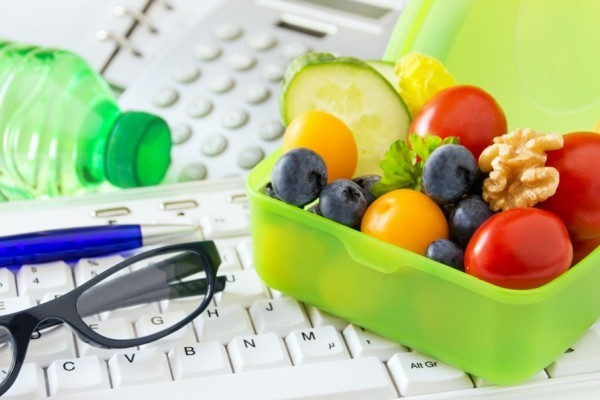 ekadashi heilfasten im büro mit früchten und nüssen