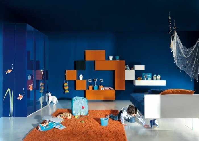 farbgestaltung kinderzimmer blaue wände oranger teppich
