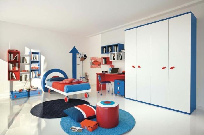 farbgestaltung kinderzimmer weißes ambiente rot blau akzente