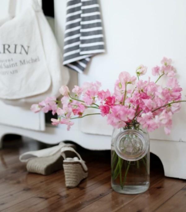frühlingsblumen deko frische stimmung holzboden wohnbereich