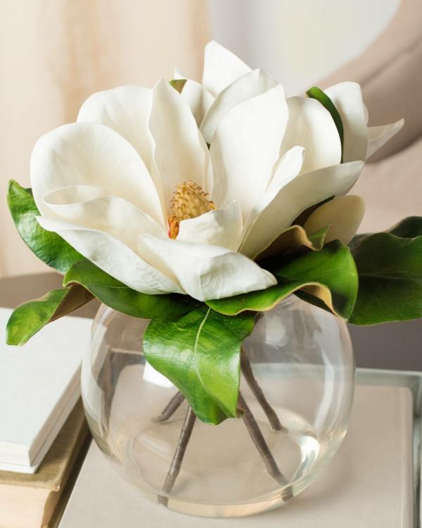 frühlingsblumen deko magnolia im gläsernen gefäß