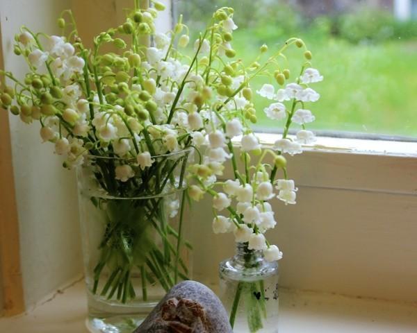 frühlingsblumen deko maiglöckchen fensterbank dekorieren