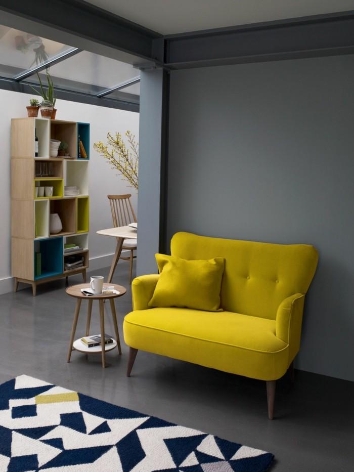 frühlingsfarben gelbes sofa graue wand geometrischer teppich