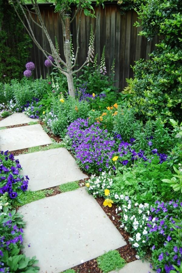 gartenweg ideenblumen lila weiß trittsteine