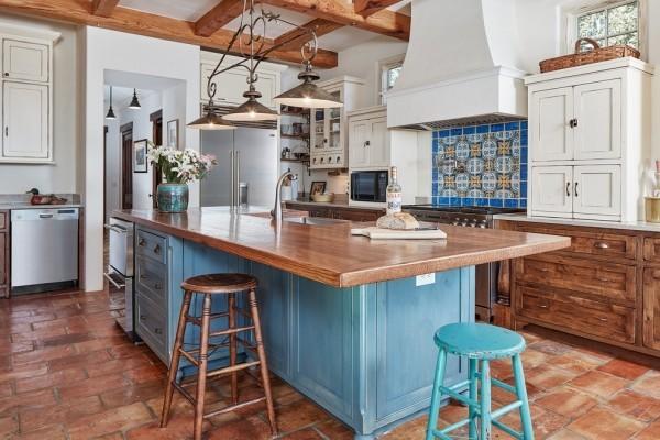 küchen inspiration holzboden blaue akzente