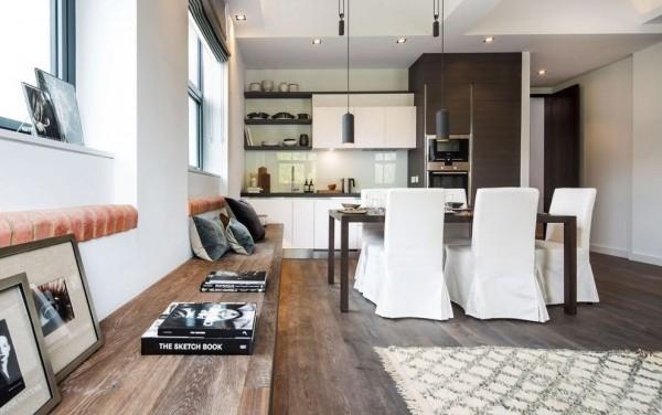 küchen inspiration weiße küchenschränke elegante esszimmerstühle rustikaler holzboden