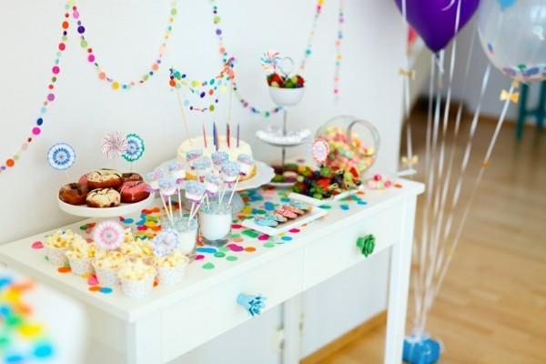 kindergeburtstagsparty tafeldeko ideen mit konfeti girlanden