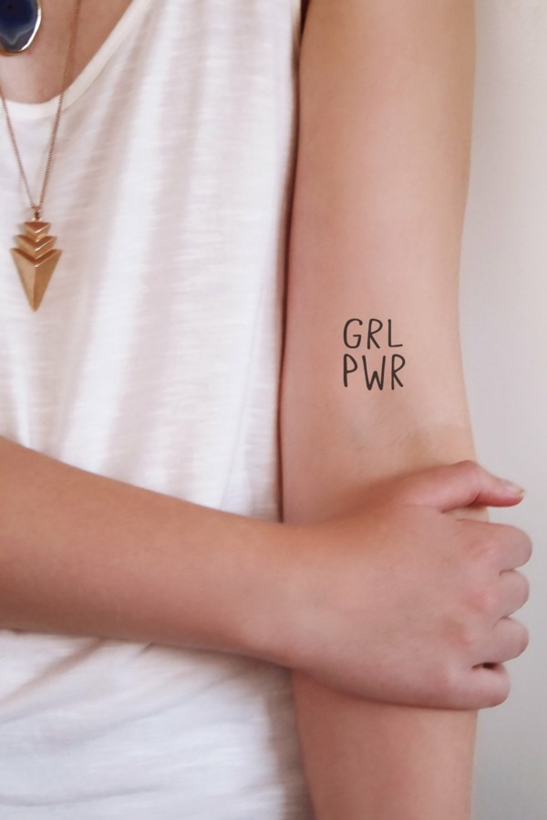 kleine tattoos frauen girl power