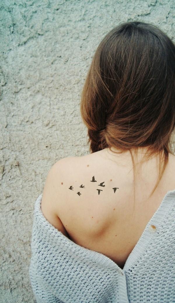 kleine tattoos frauen schulter vögel