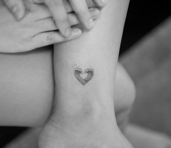 kleines tattoo frauen welle tätowierung fußgelenk