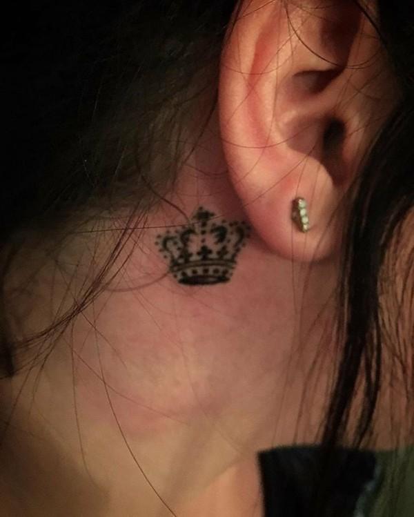 kleines tattoo frauen krone hinterm ohr