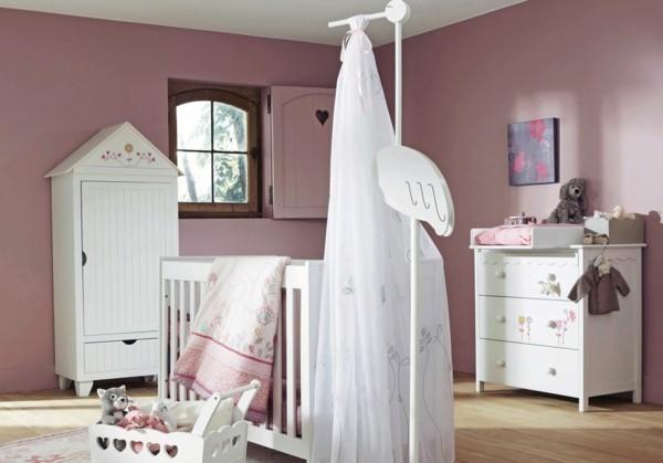 mädchen babyzimmer farbige wände rosanuance holzboden weiße möbelstücke