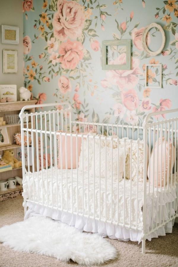mädchen babyzimmer frische blumentapete weißes babybett