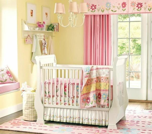 mädchen babyzimmer gelbe wand blumenmuster